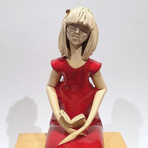 Dziewczyna z książką - czerwona