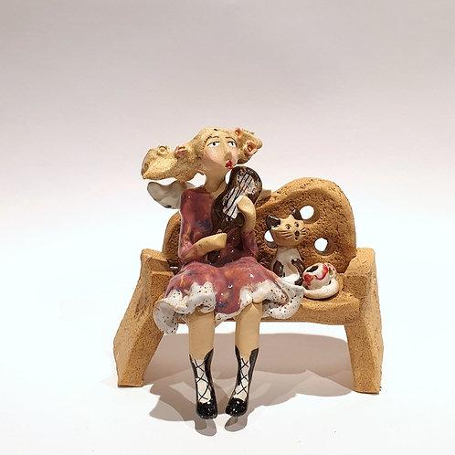 Na ławeczce - skrzypaczka z kotkiem i kawą