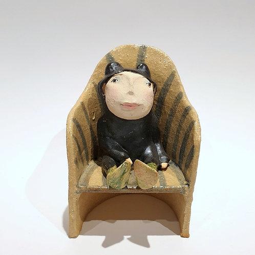 Dzieciaczek czarna żaba w fotelu
