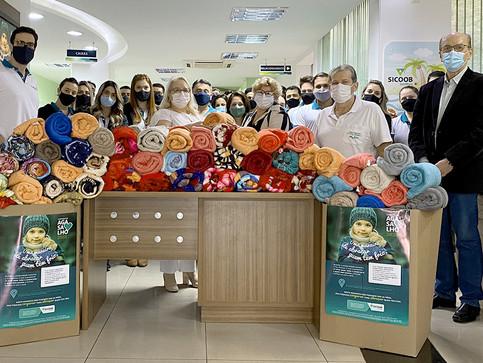 Sicoob UniMais entrega mais de 300 cobertores e agasalhos para instituições sociais