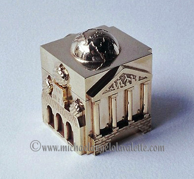 Gold plated box with 18ct gold ring