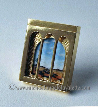 Reversible picture brooch (Day view)