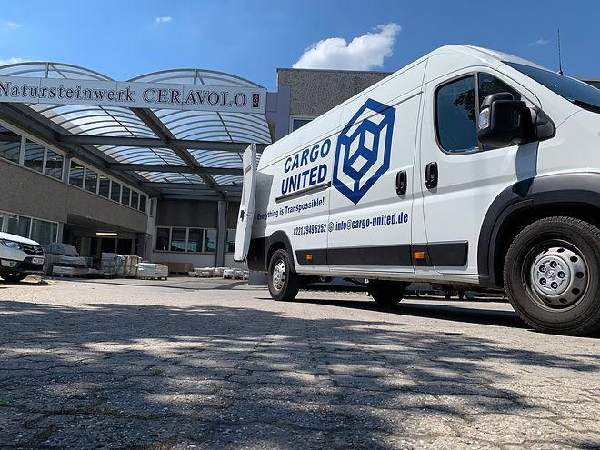 Transporter steht vor Baustoffhandel in Köln.