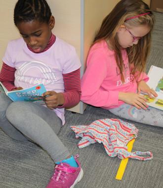 2 Girls Reading