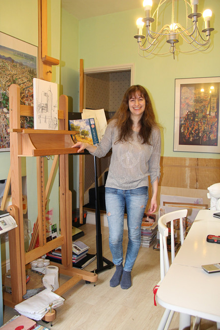 2021-05-22 Liz with easel (8212) 2500px