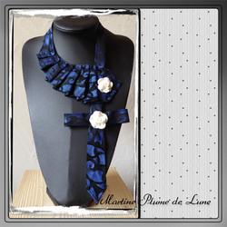 cravate bleue et roses blanches