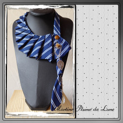 cravate bleue et feuilles