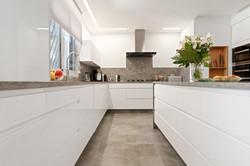 מטבח מודרני לבן ואפור
