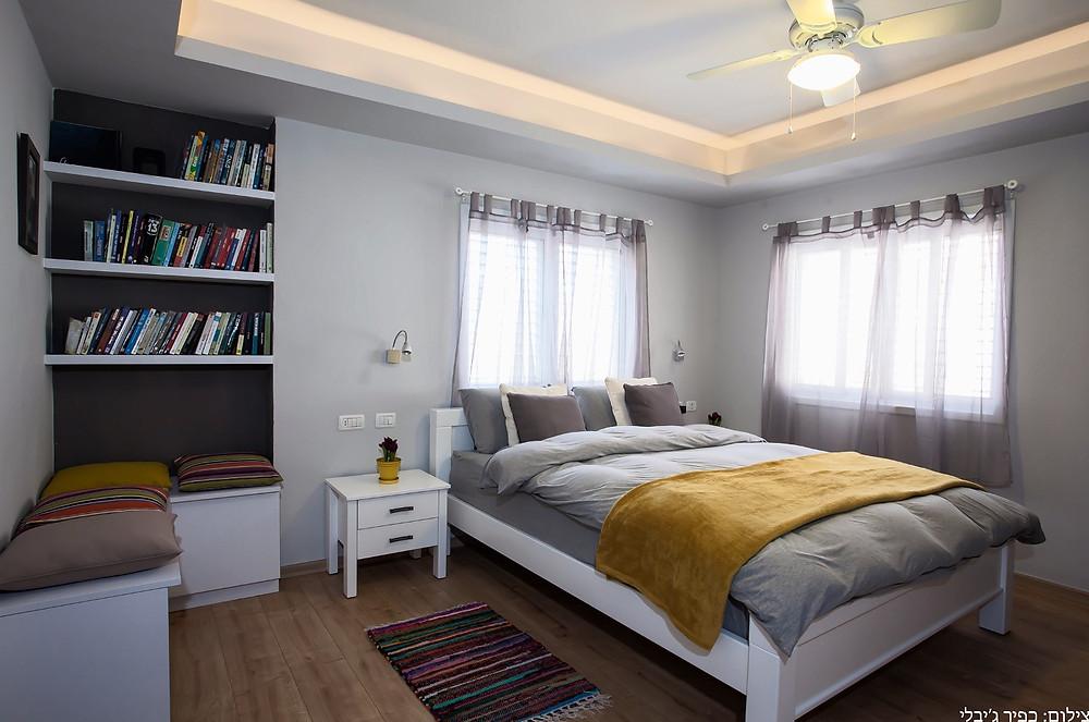חדר הורים בסגנון מודרני בנגיעות צבע לחימום האווירה