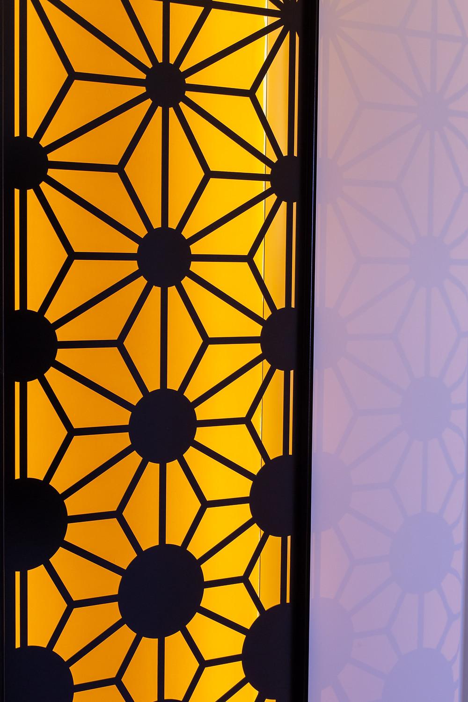 משרביה משולבת עם זכוכית צבעונית ותאורה