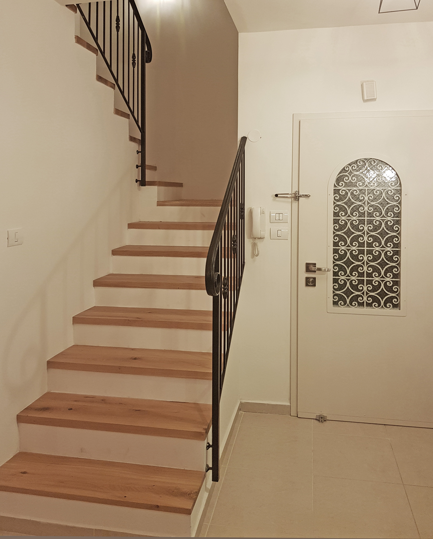 דלת הכניסה והמדרגות