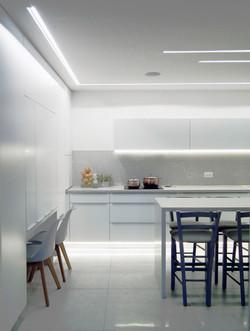 מטבח מודרני - מבט מהסלון