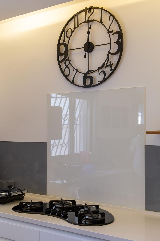 שעון גדול ממתכת במטבח המעוצב
