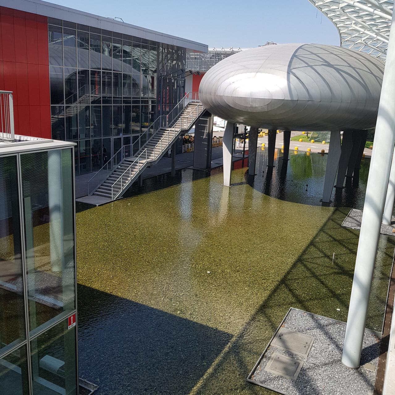 משרדי המקום מעוצבים כמו חללית שנחתה במים