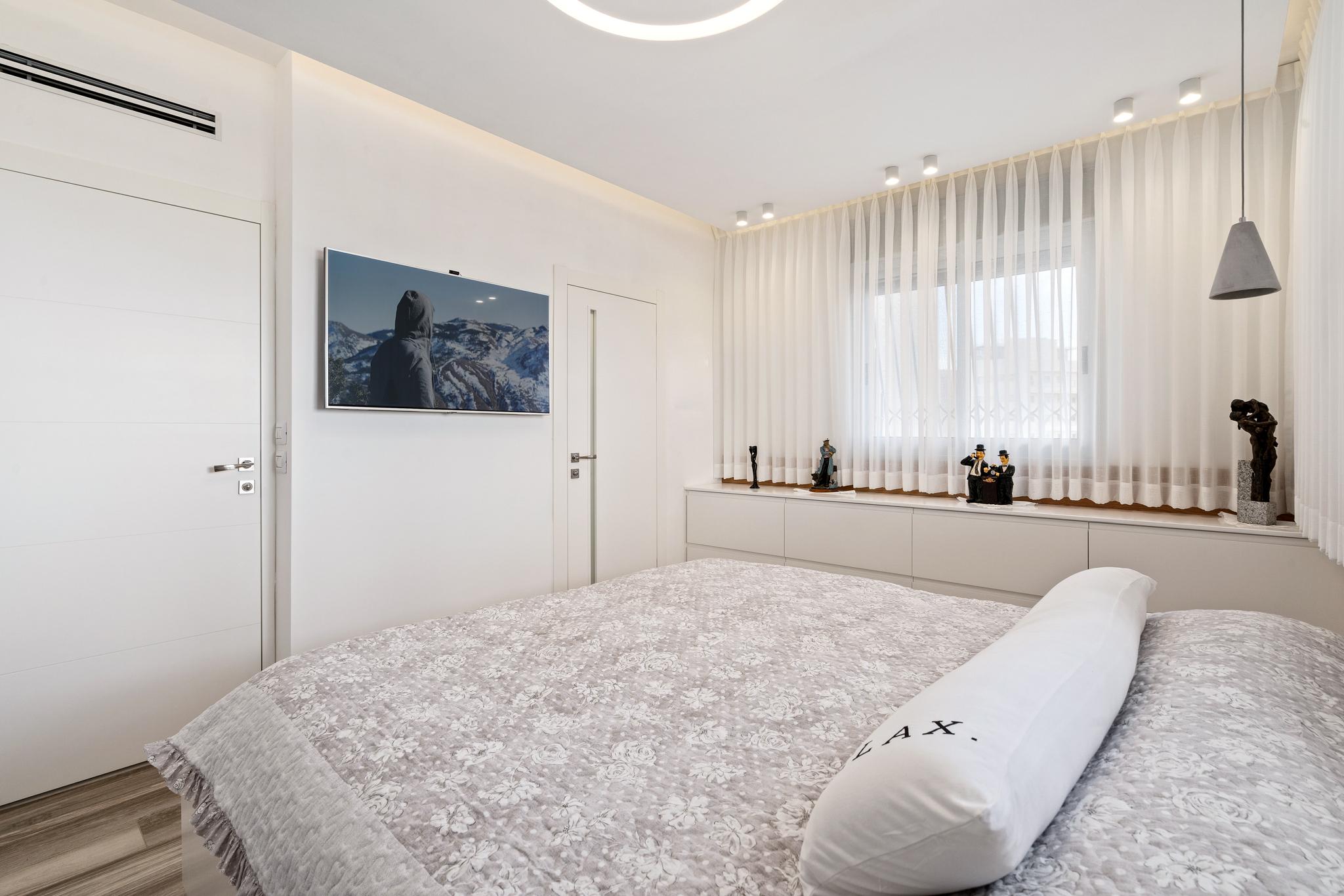 קיר טלויזיה בחדר השינה