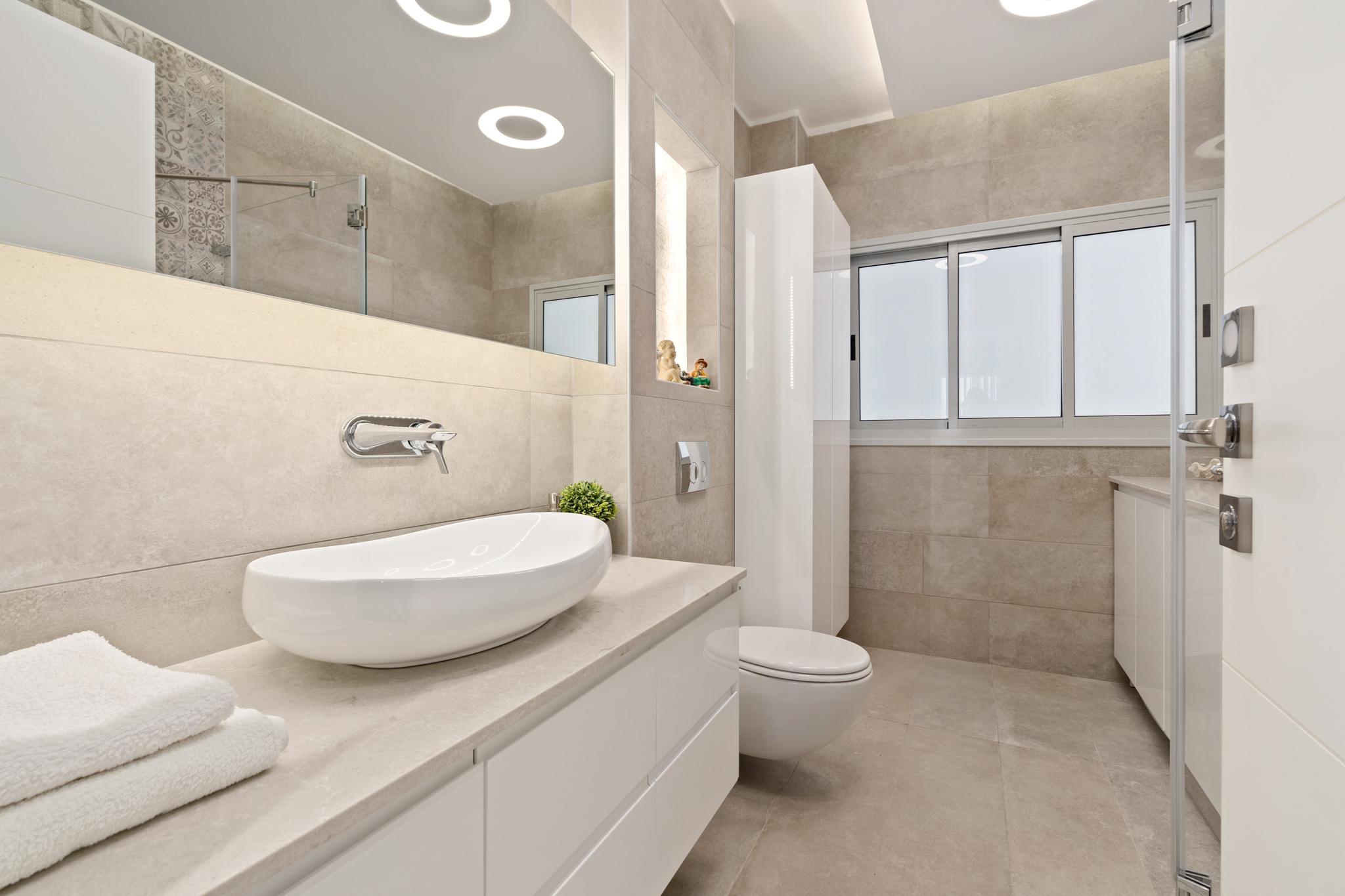 עיצוב מוקפד למקלחת הורים