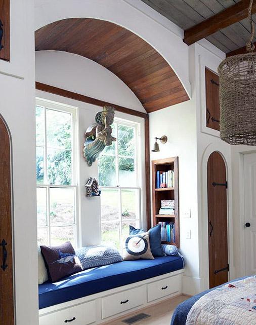 ספסל שנוצר בחדר השינה, נוצרה הנמכת תקרה על מנת ליצור אינטימיות ופוקוס וכן נישה לאיחסון ספרים ומגירות לאיחסון