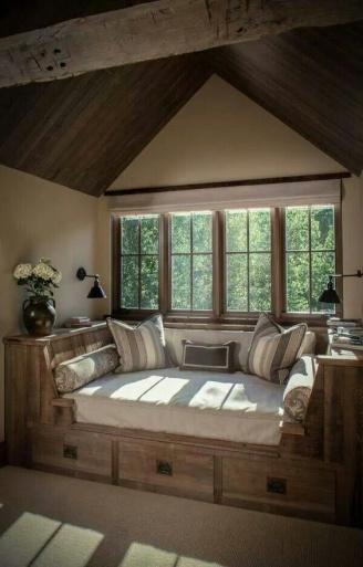 מיטה ופינת קריאה בסגנון כפרי עם איחסון. צבעים חמים