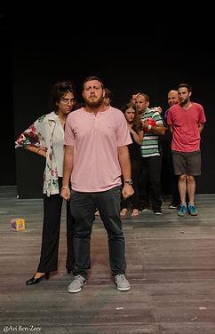 קבוצה המשלבת משתתפי עמיתים עם משתתפים מהקהילה, צעירים עם מבוגרים ודתיים עם חילונים. דרך עולם הכתיבה, התאטרון והפסיכודרמה נוצר מרחב של יצירה וביטוי עצמי אשר מוביל לחיבור חברתי קבוצתי.