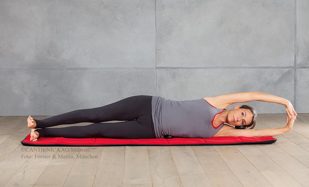 Perfekte Seitenlage hilft gegen Verspannungen im Rücken und im Nacken