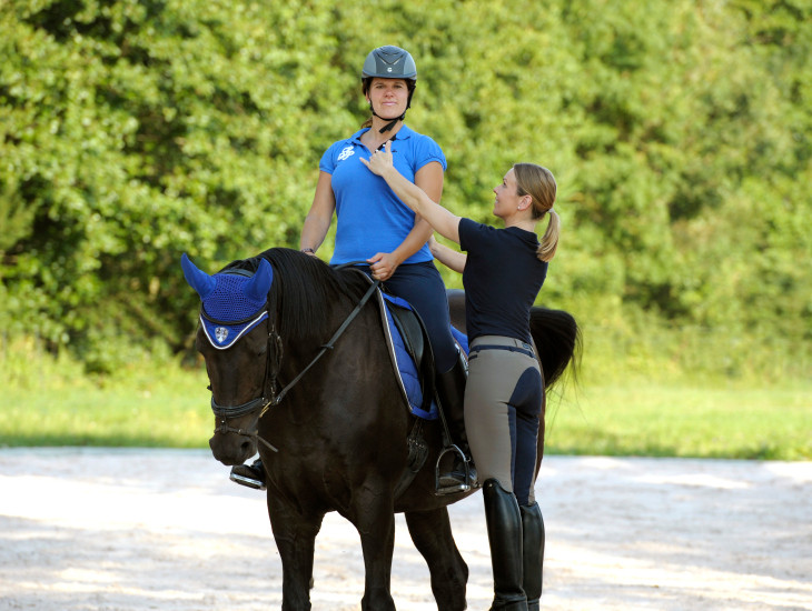 Dr. Simone Salzbrenner, CANTIENICA®-Instruktorin (rechts) coacht eine Reiterin.