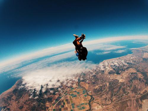 saut en parachute prothèse capillaire