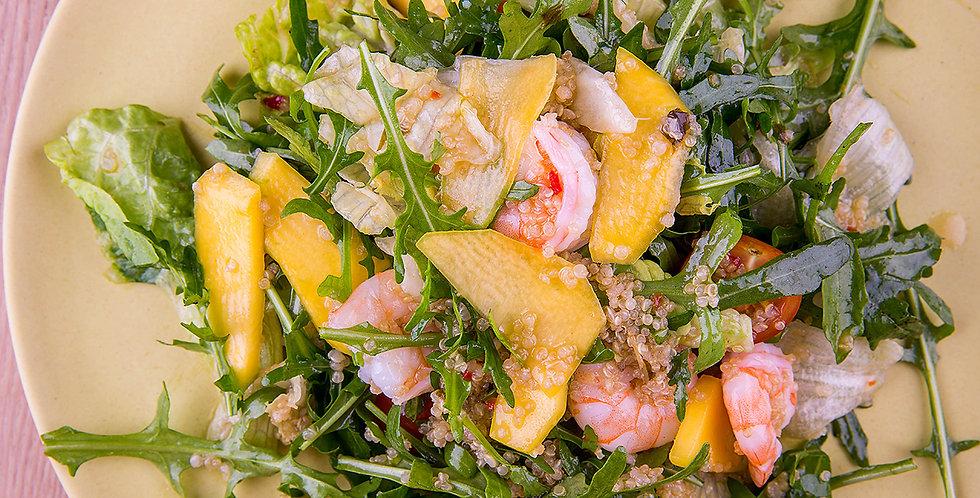 Салат с креветками, манго и киноа