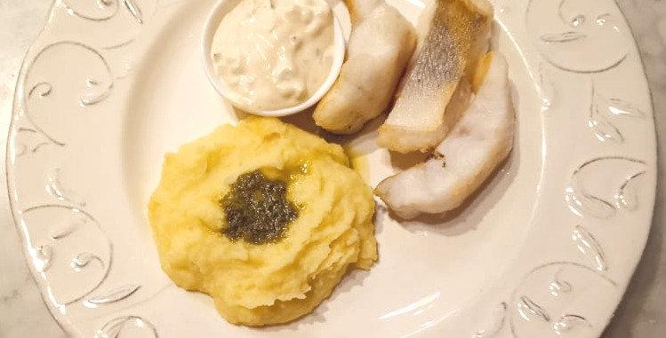 Судак с картофельным пюре и соусом песто