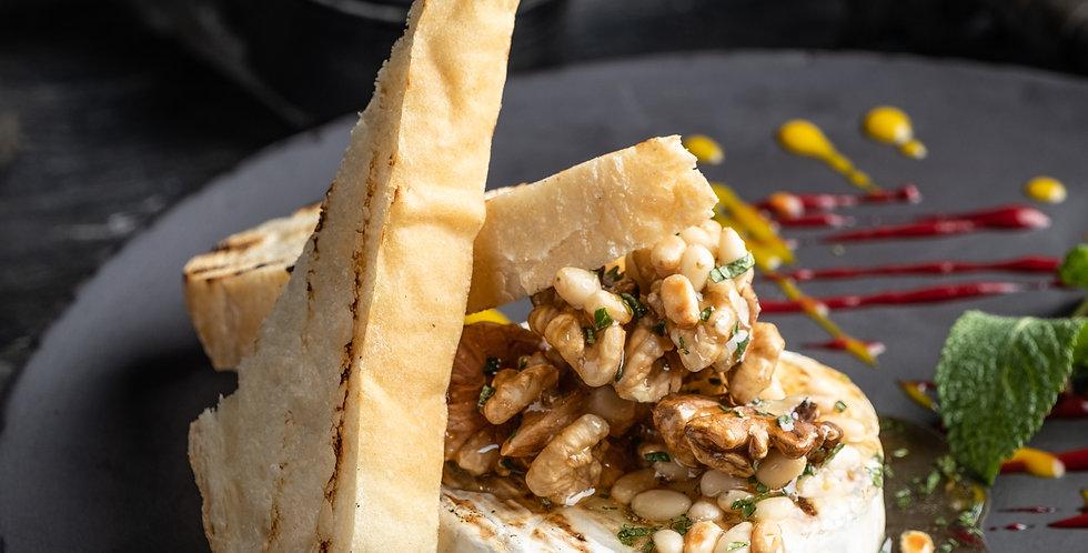 Сыр бри гриль с медом и орехами