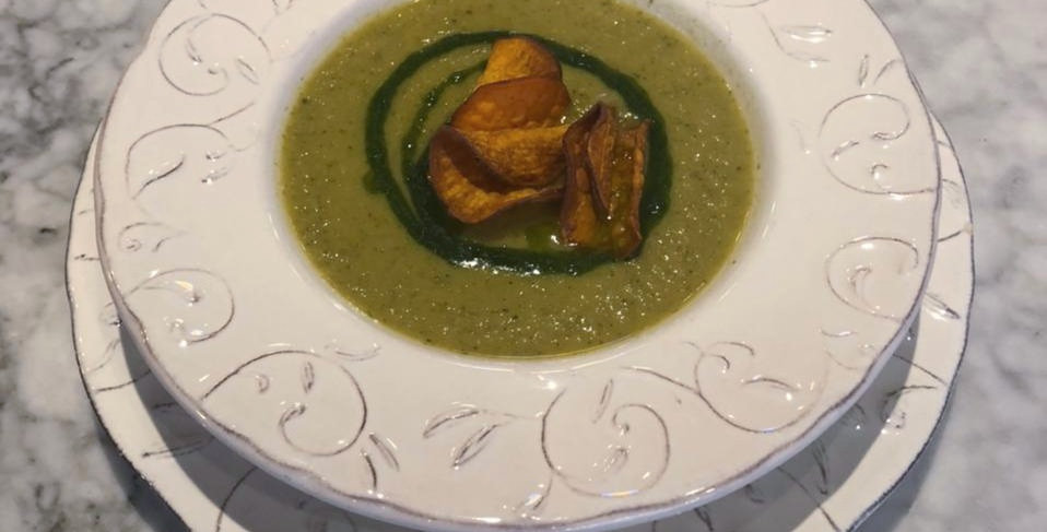 Крем-суп из брокколи с чипсами из батата