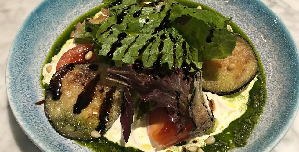 Салат со Страчателлой, сладкими томатами и соусом Песто