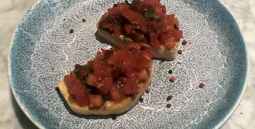 Брускетты с томатами и базиликом