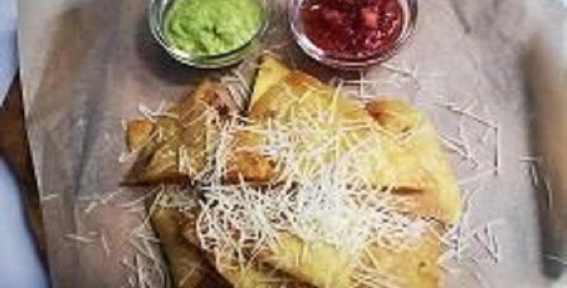 Чипсы начос с гуакамоле и сальсой