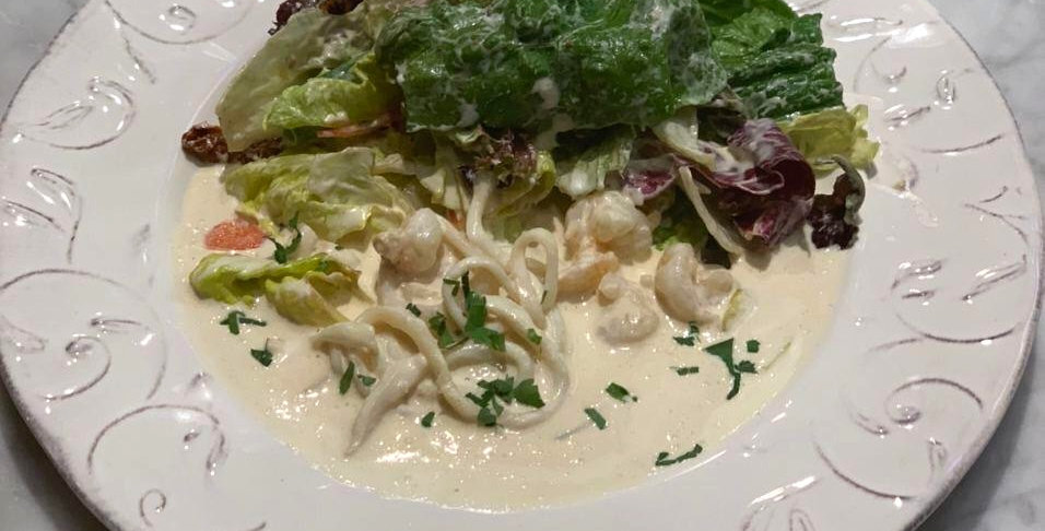 Тёплый салат с креветками и кальмарами