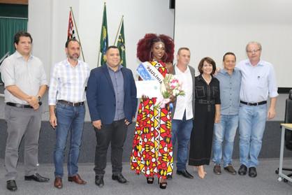 Modelo Jennifer Martins recebe diploma Zumbi dos Palmares em sessão solene