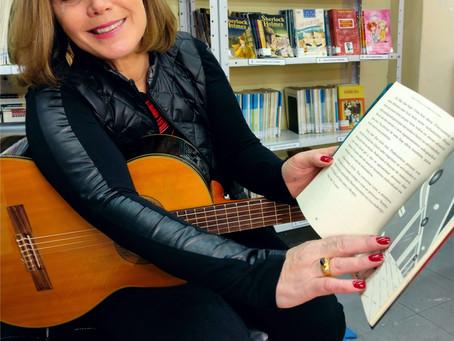 Patrona da Feira do Livro de Sapiranga, Nana Bernardes incentiva literatura e música na escola