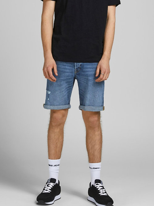 Bermuda di jeans strappati