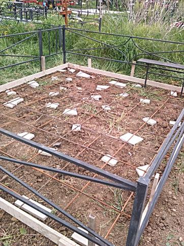 Армирование бетонной площадки под памятн
