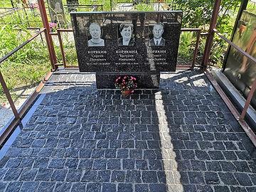 Памятник-из-дымовского-гранита.jpg