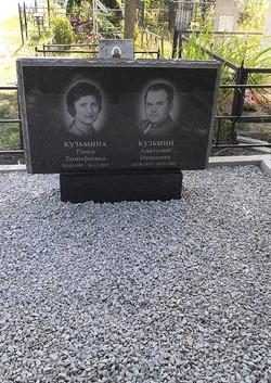 Памятник-из-карельского-гранита.jpg
