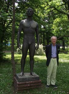 У статуи пловца в Софии