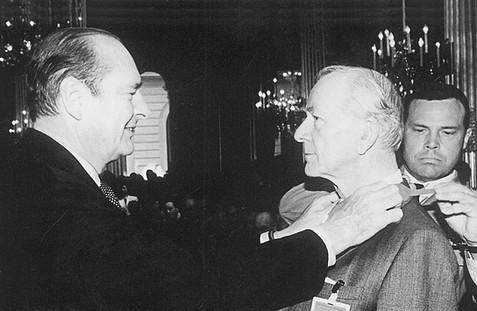 Президент Франции Жак Ширак вручает Н.В. Вырубову высшую награду Франции – Орден Почетного Легиона