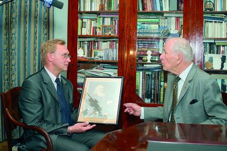 Николай Васильевич Вырубов (справа) дарит свои коллекции Пушкинскому музею