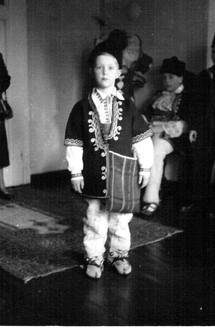 Никита в костюме болгарского крестьянина.