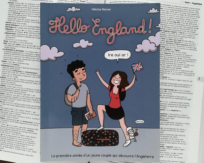 Un exemplaire du livre posé sur un dictionnaire d'anglais ouvert.