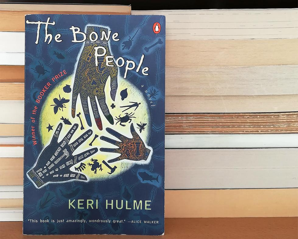 🖼️ ID: une copie du livre avec, en fond, des piles de livres dont les tranches sont tournées vers l'arrière.