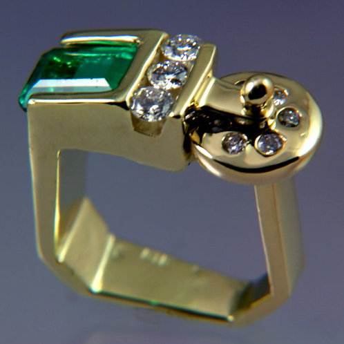Gold Ring with Green Tourmaline and 6 Diamond set in moving disk
