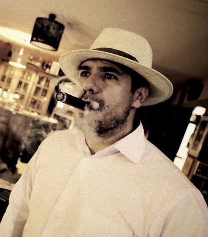 Carlos unser Zigarrenroller raucht eine Zigarre