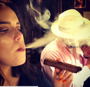 Zigarrenroller raucht Zigarre