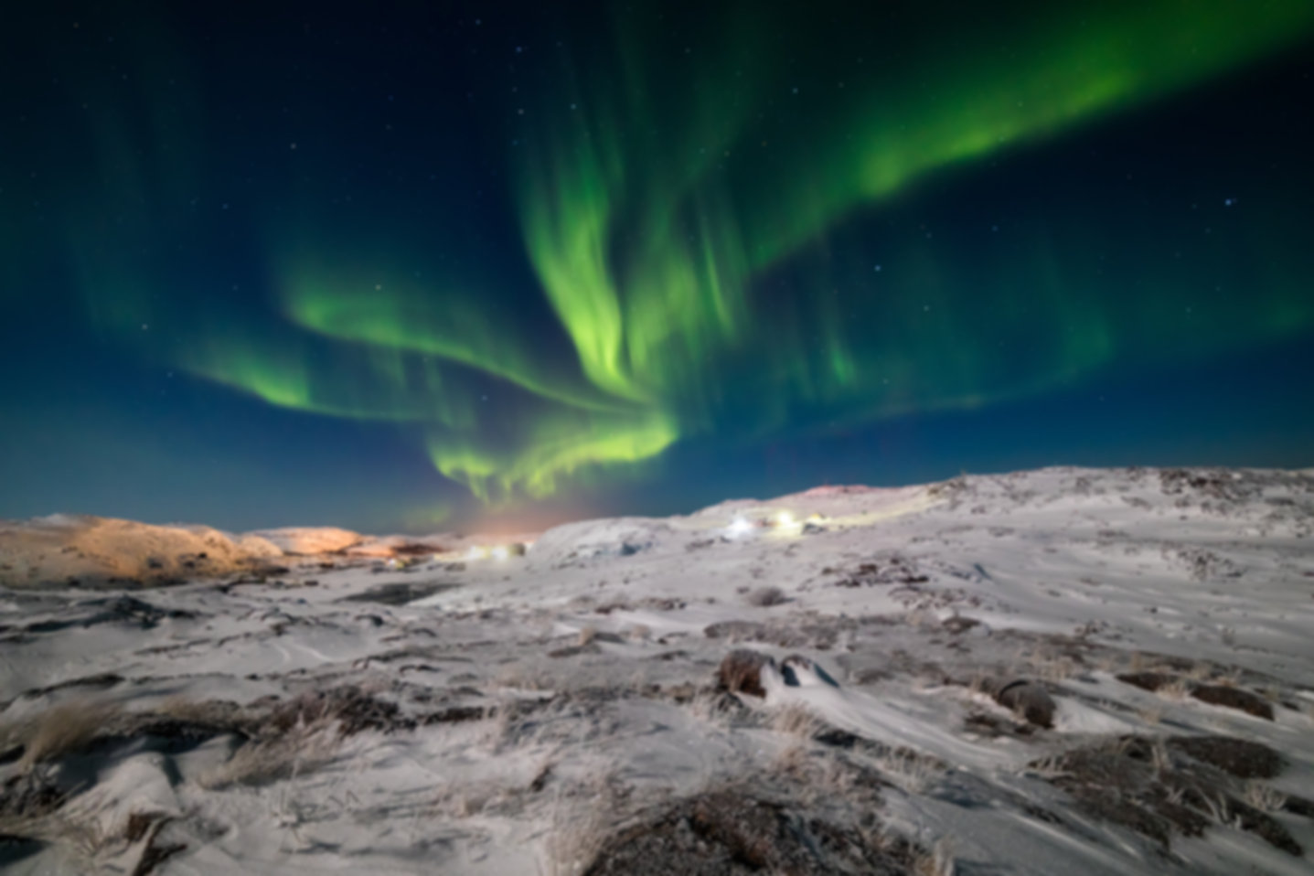 northern-lights-on-the-shore-of-the-arct